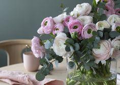 Nydelig ranunkler med eukalyptus. Ranunkler, Glass Vase, Wedding, Blog, Home Decor, Flowers, Pretty Pictures, Valentines Day Weddings, Decoration Home
