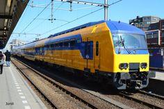 nederlandse treinen - Google zoeken Railroad History, High Iron, Corporate Identity Design, Speed Training, Rolling Stock, Locomotive, Railroad Tracks, Vintage Posters, Netherlands