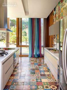 Estrutura de concreto abriga cozinha supercolorida em casa de campo - Casa: #cocinasrusticasazulejos #casasdecampo #decoracioncasasdecampo