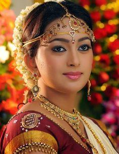 Natural beauty and traditional fashion Indian Bridal Outfits, Indian Bridal Fashion, Indian Bridal Makeup, Bridal Beauty, Wedding Beauty, Beautiful Girl Indian, Most Beautiful Indian Actress, Beautiful Saree, Beautiful Bride