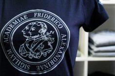 Summer Sale: Der FAU-Shop ist wieder an der Uni unterwegs und verkauft Pullis, Shirts und mehr – alles mit FAU-Logo oder -Siegel. Mehr Infos gibt es in der Facebook-Gruppe der FAU-Collection: https://www.facebook.com/FAU-Collection-143652949145355/. (Bild: FAU)