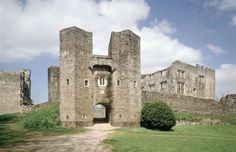 The ancient ruins of Berry Pomeroy Castle are reputed to be one of England's most haunted. Abandoned Castles, Abandoned Mansions, Abandoned Places, Haunted Castles, Haunted Houses, Most Haunted Places, Spooky Places, English Castles, Templer