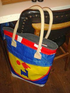 Tas van Lidl, IKEA en coca cola shopper. De hendels komen van de jute tas van AH. Binnenkant is gevoerd met stof.