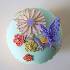 Cupcakes almost too beautiful to eat! Adding a Japanese touch to cake decorating Cupcake Art, Cupcake Cookies, Cupcake Ideas, Desserts Japonais, Butterfly Cupcakes, Flower Cupcakes, Japanese Sweets, Japanese Cake, Cupcakes Design