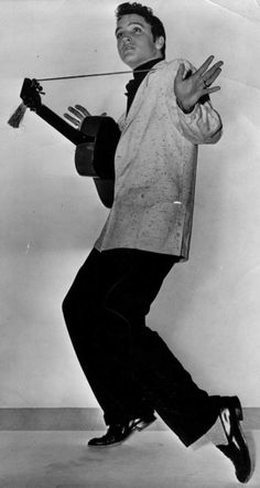 ELVIS DOING WHAT HE DOES BEST.......GREAT PIC