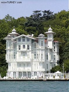 Ahmet Afif Paşa Yalısı (Waterfront built between 1900 - Istanbul, Turkey. Amazing Buildings, Amazing Architecture, Art And Architecture, Beautiful Homes, Beautiful Places, Luxury Boat, Victorian Homes, Old Houses, Seaside