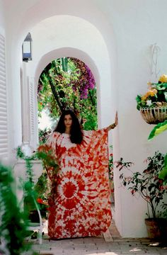 norina pisciotto in an African dress her uncle gave her as a birthday present by slim aarons Shibori, Ibiza, Boho Fashion, Vintage Fashion, Arty Fashion, Punk Fashion, Lolita Fashion, Slim Aarons, Mode Vintage