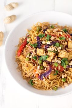 These vegan noodles Singapore are ready in 30 minutes. I& in love with this recipe because it& really versatile, so you can add any ingredient you want. Vegan Recipes Easy, Asian Recipes, Vegetarian Recipes, Ethnic Recipes, Vegan Meals, Wok, Singapore Food, Vegan Pasta, Vegan Soup