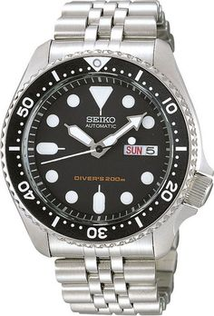 """Seiko Horloge Automaat type SKX007K2. Kaliber 7S26. Geen kinderachtig horloge deze """"Diver"""". Een zilverkleurige stalen band en kast. Met een zwarte wijzerplaat en zwarte roterende lunette. Het horloge weegt 146 gram en heeft dat harde Hardlex glas. Zowel de wijzers als de index op de wijzerplaat zijn lichtgevend en de kroon kan tegen de kast aangeschroefd worden, Op de foto kunt u goed zien dat de kroon, door de vormgeving van de kast, beschermd wordt tegen stoten. Bij een automaat wordt er…"""