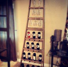 Se você é daqueles que adora um vinho, ou apenas garante sua taça diária devido aos benefícios que o vinho traz à saúde, que tal fazer sua mini adega? Seja pendurada na parede ou apoiada na mesa, uma adega pode ser uma peça decorativa, além da fun... Wine Glass Shelf, Wine Shelves, Wine Glass Rack, Wine Storage, Glass Shelves, Wine Rack Shelf, Storage Ideas, Negroni Cocktail, Wine Rack Inspiration