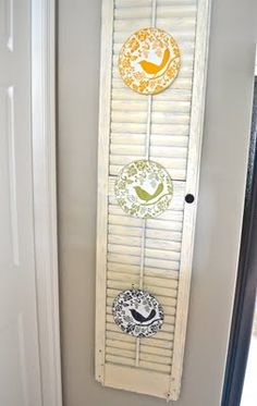How to attach plates to window shutters (clothes pins!) :) Window Shutter Crafts, Shutter Decor, Shutter Projects, Pallet Shutters, Old Shutters, Window Shutters, Plate Display, Vintage Crafts, Country