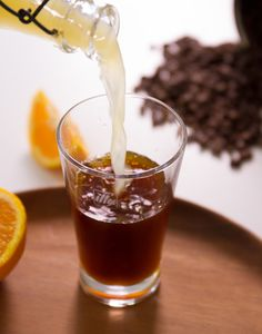 Delight your brunch guests with illy Cold Brew Orange Soda: Fill a glass with ice, add 1 oz fresh orange juice, 3 oz soda water and 4 oz MONOARABICA™ Brazil. Cold Coffee Drinks, Iced Coffee, Orange Soda, Orange Juice, Italian Coffee, Drink Specials, Fun Drinks, Beverages, Cold Brew