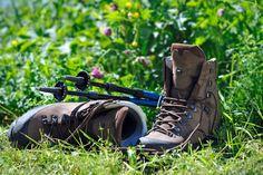 Az előző részekben írtunk arról, hogy miért is érdemes túrabotot használni egy nagyobb/kiadósabb túrázáshoz, s bár nyilván nem szükséges kötelezőérvényűvé tenni az alkalmazását, arra jutottunk, hogy megkönnyíti a szabadban való mozgást, és nehéz terepen kifejezetten áldásos lehet a használata. Nézzük ezúttal... Hiking Boots, Shoes, Fashion, Moda, Zapatos, Shoes Outlet, Fashion Styles, Shoe, Footwear