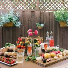 Bom diaaaa amores!  Mesa perfeita para uma festa de noivado ou para um mini-wedding rústico! O que acharam?  #wedding #miniwedding #engagement #rustic #feast #celebrate #casamento #rustico #decoraçãodecadamento #idea #diy #blogdecasamento #blogmarionstclaire #blogdamariafernanda