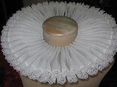 GORGUERA Banda de encaje plegada colocada en el cuello. Tiene forma de ochos y corresponde a un pequeño encañonado que pococ a poco se hace independiente y aumenta en tamaño; es adornado con encaje.