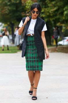 plaid-skirt-midi-t-shirt-cropped-heels