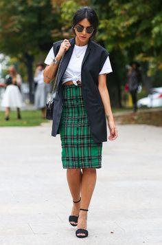 plaid-skirt-midi-t-shirt-cropped-heels