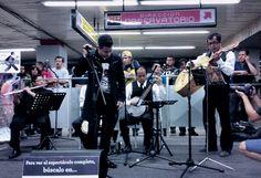 Ethiel y Pelos de Gato, presentandose en #PinoSuárez con su mix de boleros