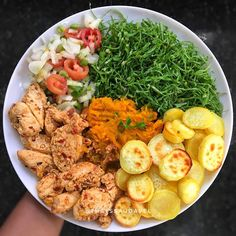 A imagem pode conter: comida Low Carb Menu, Healthy Meal Prep, Healthy Eating, I Love Food, Good Food, Healthy Plate, Healthy Recepies, Comida Latina, Nutrition