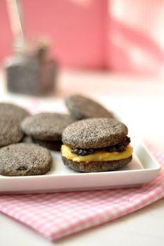 A duplán diós keksz mákos tesója, kicsit felturbózva citromkrémmel.Hozzávalók:25 dkg liszt20 dkg darált mák10 dkg porcukorcsipet só20 dkg hideg...