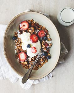fig and cinnamon almond toasted muesli Perfect Breakfast. strawberry, blueberry, fruit, frest. heathly
