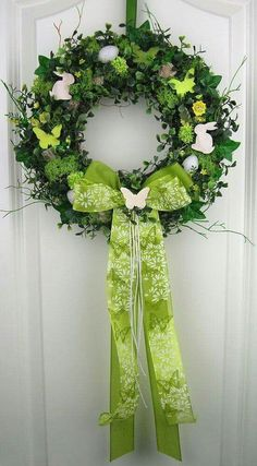 Easter Wreaths, Holiday Wreaths, Easter Flower Arrangements, Disney Diy Crafts, Silk Flower Wreaths, Easter Arts And Crafts, Diy Ostern, Easter Holidays, Diy Wreath