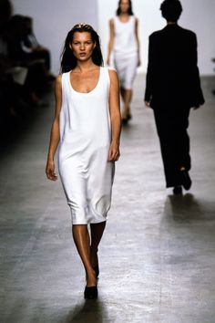 Calvin Klein Collection Spring 1999 Ready-to-Wear Fashion Show - Kate Moss 90s Fashion, Fashion News, Runway Fashion, Fashion Models, Fashion Show, Fashion Black, Spring Fashion, Fashion Trends, Kate Moss