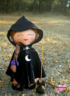 Esta preciosa bruja se llama Willow y le encanta pasear por el campo. Fue creada a mano en fieltro y busca un nuevo hogar ¿Le ayudas? #fieltro #felt #bruja #hechicera #witch #halloween #autumn #otoño