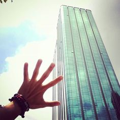 Let it go. Let it go.  I'm one with the wind and Sky(scraper). #somethingcolorfultoday #red #bracelet #green #glass #kamil_accessories #kamil #delucadecor