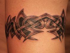 Mannen houden aan de Keltische armband tattoo insluiten op hun lichaam, want het ziet er cool.
