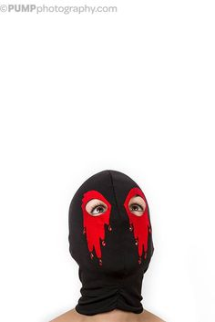 Masque noir avec des yeux rouges sanglants et larmes perlées. Parfait pour un sexy look à une soirée masquée.