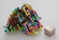 File:Wismut Kristall und 1cm3 Wuerfel.jpg