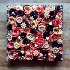 I love getting flowers but if someone brought me this apple rose tart Id be Cakes cookies desserts marmelads Beaux Desserts, Just Desserts, Delicious Desserts, Dessert Recipes, Spring Desserts, Apple Rose Tart, Apple Roses, Julie Jones, Pie Crust Designs