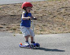 Whoopie this is fun! Hulajnoga trójkołowa Mini Micro to genialny środek lokomocji dla najmłodszych dzieci. Dzięki zamontowaniu dwóch kółek z przodu oraz jednemu z tyłu jest stabilna a zarazem uczy utrzymania równowagi poprzez spryty system skrętu kierownicy. Ta genialna hulajnoga przeznaczona jest dla dzieci ważących nie więcej niż 20 kg. http://www.aktywnysmyk.pl/75-hulajnoga-mini-micro