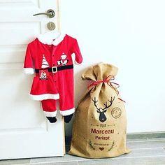 Le père Noël se prépare pour livrer tous les cadeaux dans un grand sac en toile de jute !
