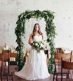Arco simples decorado somente com folhas em ambiente interno
