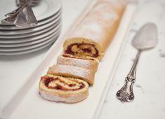 Rocambole com geleia de framboesa   Receita Panelinha: Apesar de parecer complicado, o pão de ló é uma massa super fácil de fazer. E recheado com geleia de framboesa, vira bolo de gente grande.