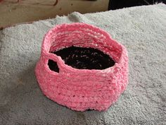 Step-by-step on How to make a basket out of old t-shirts yarn. For people who don't know how to crochet :P I just skimmed to get the meat of it