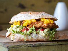 Chicken-Burger mit Mangosalsa und Guacamole