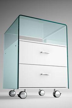 Cajonera en vidrio doblado transparente en 18 mm. La estructura de cajones es en madera lacada blanca. La cajonera está equipada con 2 cajones con sistema de cerradura automática. Ruedas y manijas cromadas. La parte de vidrio está disponible en los siguientes acabados: transparente, extralight, fumé, bronce, nero95 y dorso plateado. Modern Glass, Dresser, Furniture, Design, Home Decor, See Through, Drawer Unit, Modern Design, Glass