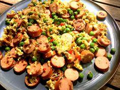 Rührei mit Geflügelwienern und Erbsen - schnelles und einfaches low carb Abendessen mit natürlichen Proteinen. Rezept mit Nährwertangaben.