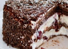 How to prepare an aerial black forest: recipe and tips - - Delicious Cake Recipes, Yummy Cakes, Protein Breakfast, Breakfast Recipes, Cake Fillings, Homemade Muesli, Food Items, Tray Bakes, Stuffed Peppers