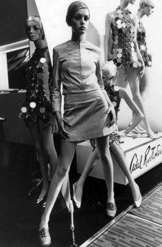 "Twiggy, with ""Twiggy"" mannequins, 1966 mod vintage fashion. Swinging sixties."