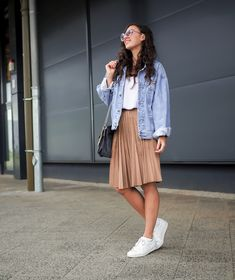 Oversize Denim Jacket and Pleated Skirt how to wear retro boyfriend jeansjacke plissee rock midi län Oversized Denim Jacket Outfit, Jean Jacket Outfits, Casual Skirt Outfits, Denim Outfit, Modest Outfits, Jacket Jeans, Modest Wear, Modest Clothing, Casual Skirts