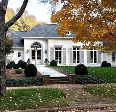 Modern White Cottage Exterior Style - Decorating Ideas - Home Decor Ideas and Tips Design Exterior, Exterior House Colors, Exterior Paint, White Cottage, French Cottage, French Country House, Cottage House, Shabby Cottage, Low Country
