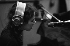 Singer-songwriter Carole King sings into a microphone wearing headphones during the recording of her album 'Tapestry' at A&M Records Recording Studio in January 1971 in Los Angeles, California,. Get premium, high resolution news photos at Getty Images Carole King, Cup Of Jo, Concord Music, Modern Love, Karaoke, Good To Know, Old Photos, Rock And Roll, Singing