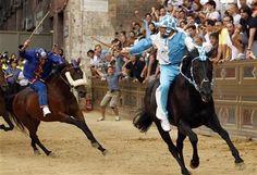A traditional horse race in Italy.@伊シエナ伝統の競馬レース「パリオ」、町全体が興奮の渦に