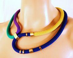 Multi couleur corde collier Tribal collier or électrique