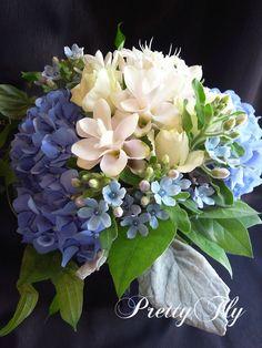 ナチュラルな雰囲気が花嫁さんに人気のクラッチブーケ草原で好きなお花を摘んで、そのまま束ねたようにステム(茎)がそのまま自然な状態になっているのが特徴。ブルーの紫陽花とブルースターの爽やかな…