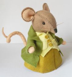 Ratty - I don't know if these charaters are from the Wind In The Willows books, or not, but they remind me of them. Mouse Crafts, Felt Crafts, Felt Dolls, Doll Toys, Felt Mouse, House Mouse, Felt Patterns, Felt Fabric, Felt Art